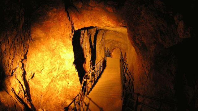 Đường hầm Siloam còn có tên gọi là Thành phố ngầm của Jerusalem. Đi sâu xuống dưới đường hầm, du khách sẽ được khám phá nhiều điều bí ẩn về một thành phố cổ xa xưa.