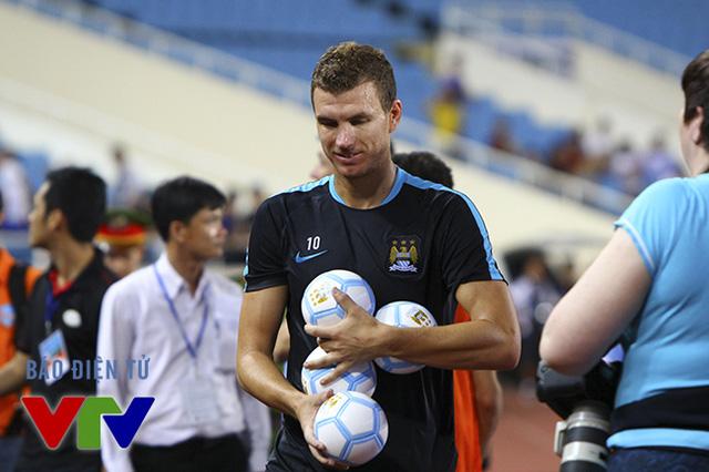Cuối buổi tập, chàng tiền đạo người Bosnia cùng các đồng đội có màn giao lưu tặng bóng cho người hâm mộ.