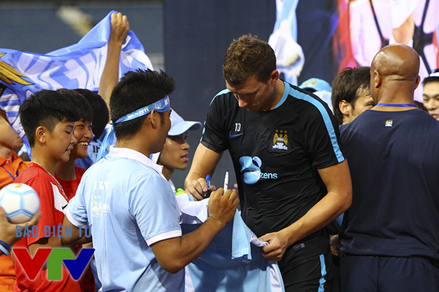 Edin Dzeko ký tặng người hâm mộ.