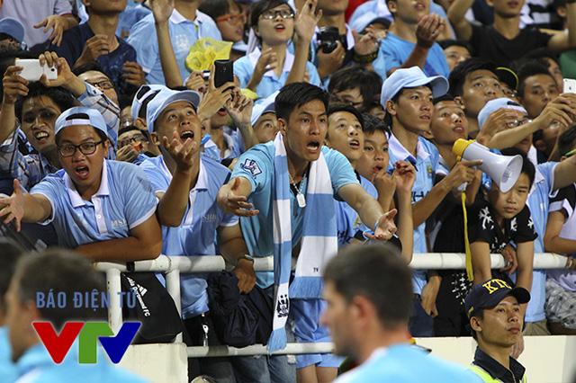 CĐV Man City háo hức xin bóng từ phía các cầu thủ áo xanh.