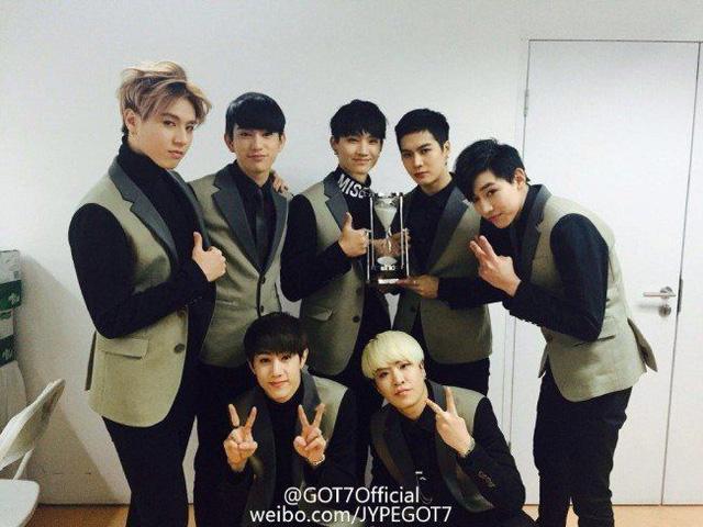 Lính mới GOT7 sung sướng với giải thưởng nhận được
