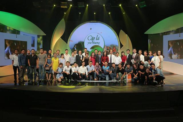Các thành viên của ê-kíp và các đại biểu trong buổi lễ ra mắt Cặp lá yêu thương.
