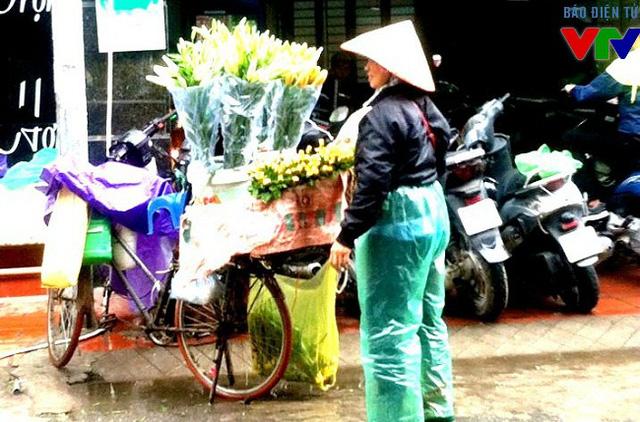 Nhiều gánh hàng rong vẫn miệt mài với công việc dưới trời mưa rét