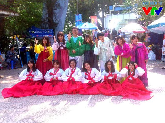 Các tân sinh viên được mặc trang phục truyền thống Hàn Quốc tại một gian hàng ưu đãi trong ngày hội