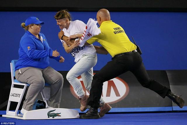 Cũng trận đấu, một CĐV cuồng nhiệt bất ngờ lao xuống sân khiến các nhân viên an ninh có ngày làm việc vất vả hơn bình thường.