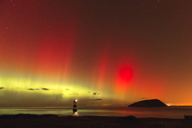 Cực quang bắc cực tại Trwyn Du, Anglesey, North Wales. Tác giả: Adrian Kingsley-Hughes