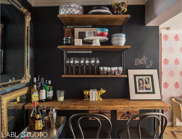 Một quầy bar theo phong cách tối giản.