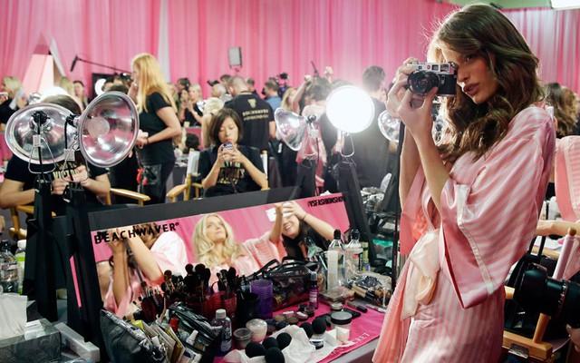 Người đẹp Flavia Lucini ghi lại những khoảnh khắc long lanh của hậu trường bằng chiếc máy ảnh cá nhân.