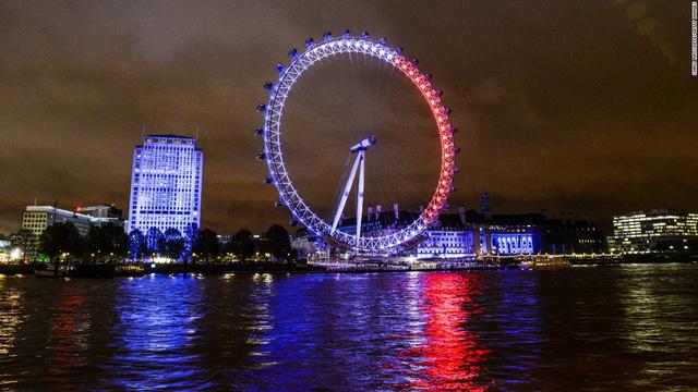 Vòng quay Thiên niên kỷ trên sông Thames (London, Anh) cũng sáng màu quốc kỳ Pháp