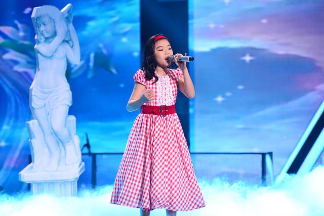 Thí sinh Phương Khanh đến từ đội Hồ Hoài Anh có phần trình diễn mở màn với ca khúc nhạc ngoại lời Việt Trở về mái nhà xưa.