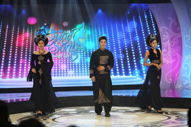Trong khi đó, Vũ Thanh Quỳnh giới thiệu ba bộ áo dài mang đậm nét truyền thống do chính cô thiết kế.