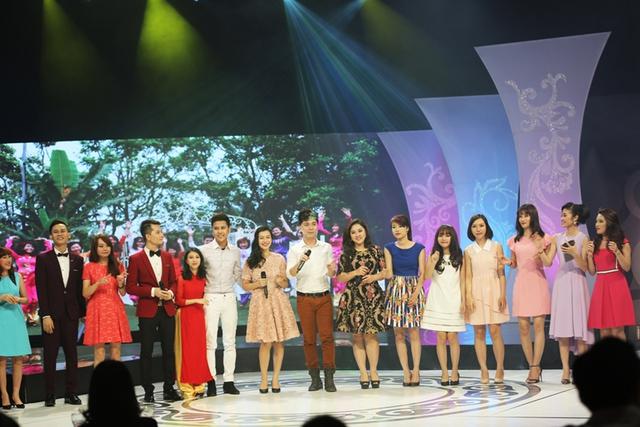 Đêm Gala đã khép lại với tiết mục Sống như những đóa hoa do các nghệ sĩ cùng các nhân vật của chương trình thể hiện.