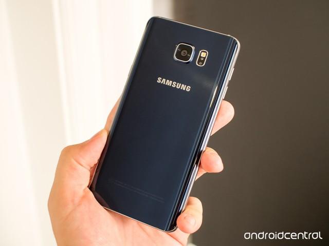 Mặt lưng cong của chiếc Galaxy Note 5