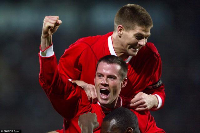 Carragher (dưới) cố gắng lí giải vì sao Gerrard tuyên bố rời EPL sang MLS.