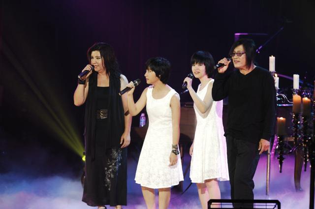 Hai cô con gái bé Na và bé Nấm cũng sẽ xuất hiện cùng cha mẹ trên sân khấu Liveshow Dấu ấn.