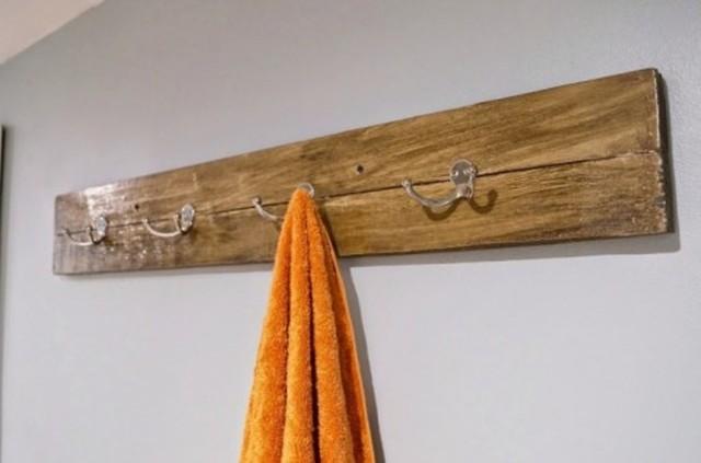 Thanh gỗ cũ cũng có thể trở thành giá treo đồ.