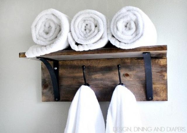 Tận dụng giá treo làm nơi để khăn tắm trong phòng tắm.