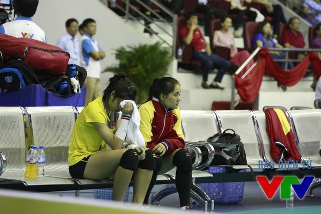 Khó khăn càng thêm chồng chất với ĐT Việt Nam khi libero Phạm Thị Liên bị chấn thương ở tay và buộc phải rời sân. Bên cạnh cô là Linh Chi, người đã bị cảm trong những ngày qua