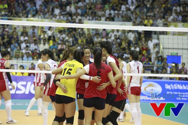 Các cô gái bóng chuyền Việt Nam có khởi đầu như mơ khi dẫn trước với cách biệt 8 điểm trong set 1