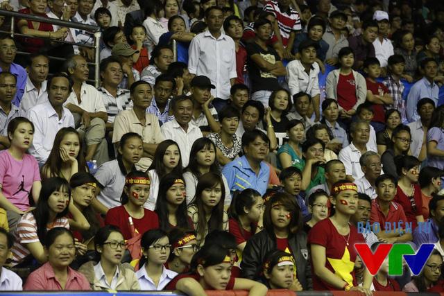 Các khán giả tại Nhà thi đấu đa năng tỉnh Bạc Liêu không khỏi lo lắng với phong độ của đội tuyển