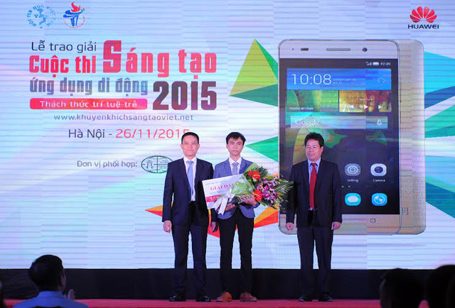 Ông Nguyễn Văn Phương, Vụ trưởng Vụ Tổ chức Cán bộ (Bộ TT&TT) và ông Zhou Zhen, Tổng Giám đốc Công ty Công nghệ Huawei Việt Nam trao Giải Đặc biệt của Cuộc thi.