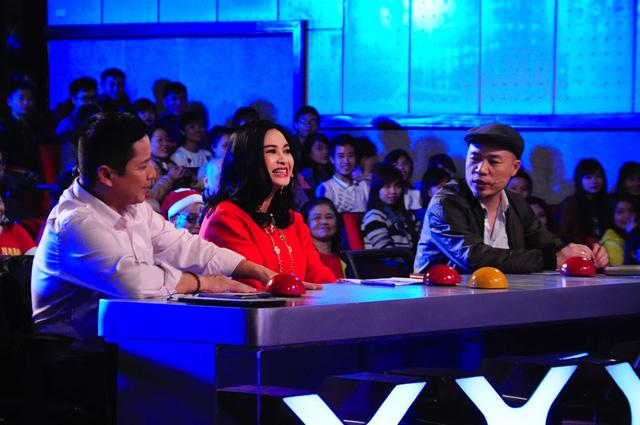 Thanh Lam cười không ngớt trên ghế nóng.