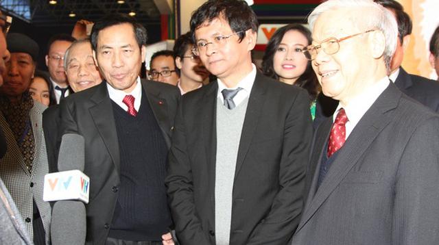 Tổng Bí thư Nguyễn Phú Trọng tham quan gian hàng của VTV tại Hội Báo xuân. (Ảnh: Đức Huỳnh)