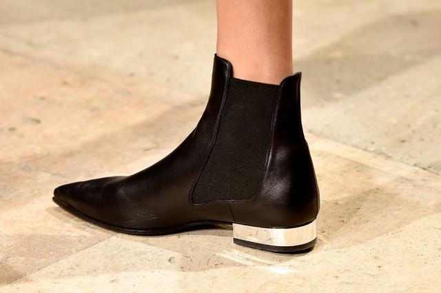 Boots mũi nhọn do NTK người Pháp gốc Việt - Barbara Bùi thiết kế.