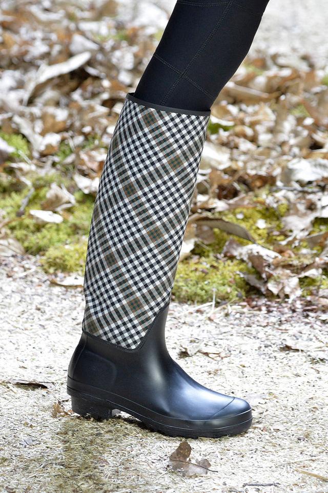 Boots trời mưa với điểm nhấn là những đường kẻ của Moncler Gamme Rouge.