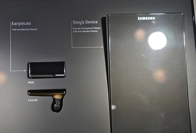 Chiếc smartphone sử dụng 2 tấm nền cong 3,65 inch, cho phép hiển thị thông tin riêng biệt trên 2 mặt của màn hình