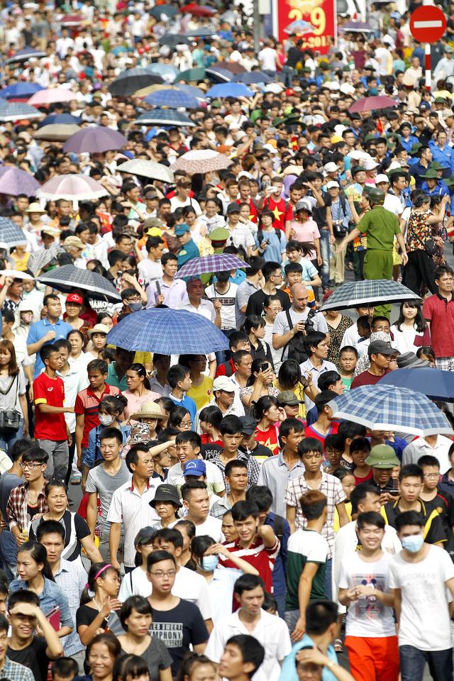 Các tuyến phố diễn ra buổi lễ đều chật kín người dân đổ về.