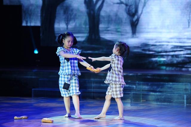 Bảo Anh và Hà An chinh phục các giám khảo, huấn luyện viên bằng màn diễn xúc động.