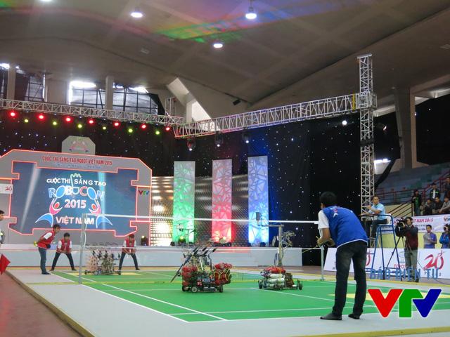 Trận đấu giữa đội tuyển Hà Tĩnh Tech - Zeus (đỏ) và đội tuyển Sao đỏ - Victory (xanh)