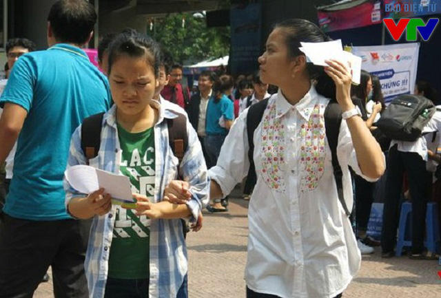 Nhiều bạn trẻ đội nắng đến tham quan ngày hội sách và tìm mua những ấn phẩm hay, giá cả ưu đãi