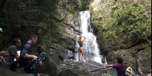 Siêu mẫu Candice Swanepoel tạo dáng bên thác nước