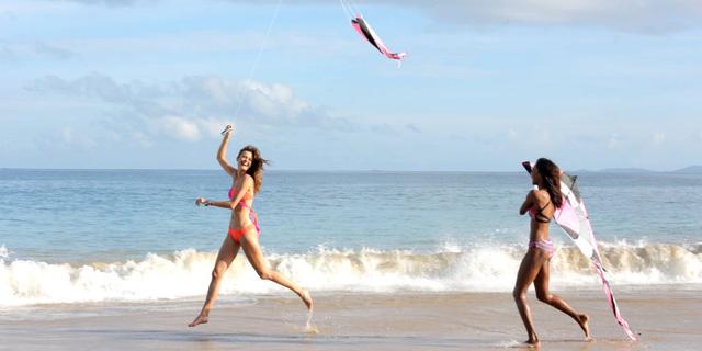 Jac Jagaciak và Jasmine Tookes chơi thả diều trên bãi biển tuyệt đẹp