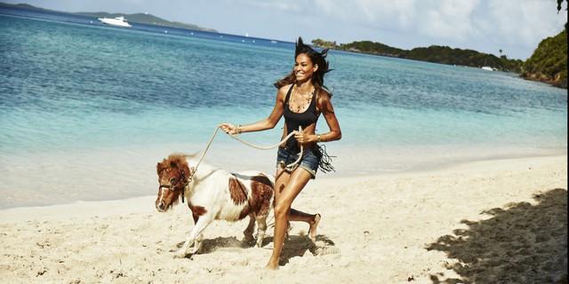 Joan Smalls cảm thấy hạnh phúc khi được đi dạo ở một bãi biển trong xanh đầy nắng gió và hoàn toàn hòa mình vào với thiên nhiên