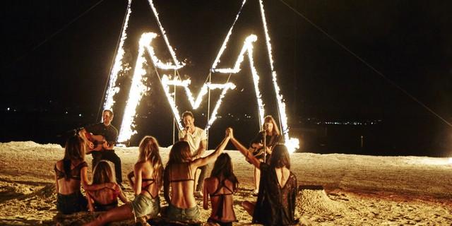 Âm nhạc là thứ không thể thiếu trong các bữa tiệc. Có mặt tại buổi chụp hình của các người mẫu Victorias Secret chính là các chàng trai nhóm nhạc Maroon 5 nổi tiếng