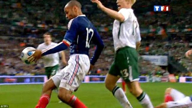 Pha bóng này khiến nhiều người liên tưởng tới năm 2009, Henry từng dùng tay chơi bóng và ghi bàn khiến CH Ireland ôm hận.
