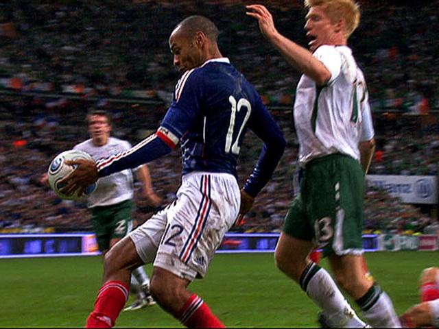 Pha chơi bóng bằng tay lộ liễu của Thierry Henry