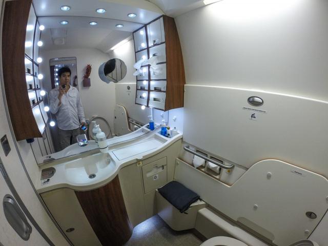 Phòng vệ sinh của khoang thượng hạng được thiết kế đầy tiện nghi và sang trọng