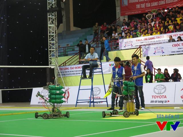Đội tuyển HHT Thăng Long đến từ Cao đẳng Nghề Công nghệ cao Hà Nội trong trang phục màu xanh