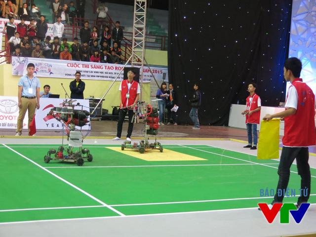 Đội tuyển HHT Vinh Quang 03 đến từ Cao đẳng Nghề Công nghệ cao Hà Nội trong trang phục màu đỏ
