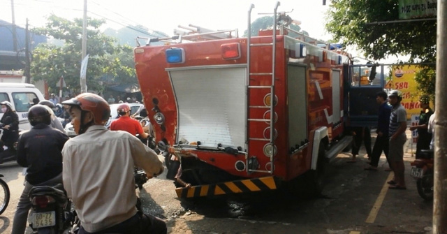 Hai xe cứu hỏa cũng bị hư hỏng nặng. (Ảnh: atgt.vn)