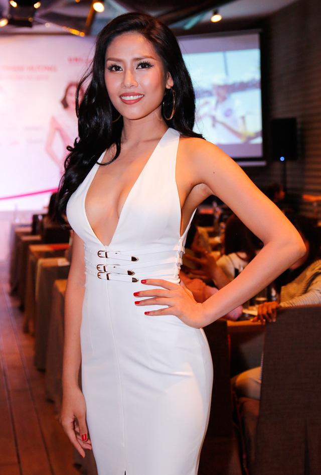 Người đẹp Nguyễn Thị Loan với bộ đầm gợi cảm