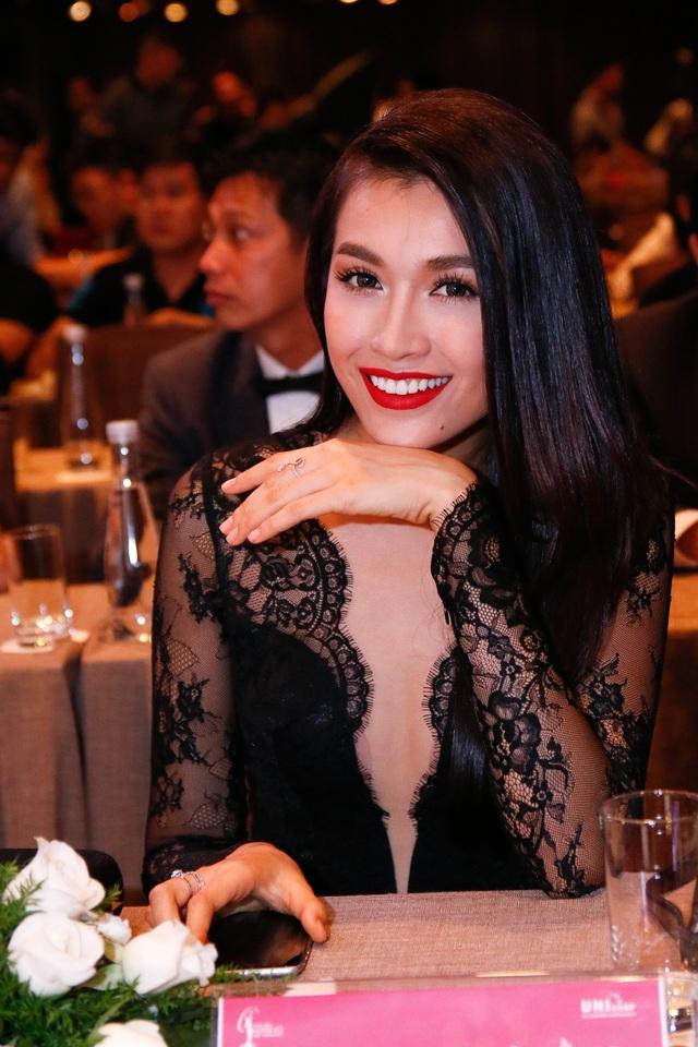 Á hậu Lệ Hằng cực quyến rũ với váy ren đen cùng những đường xẻ sâu táo bạo