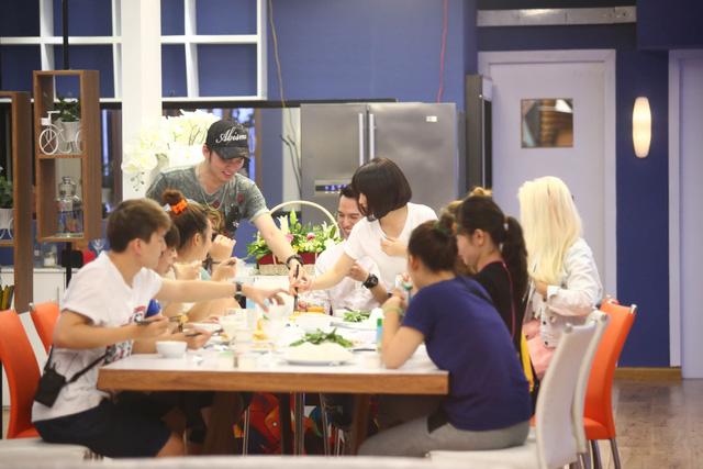 Các cựu học viên chuẩn bị đồ ăn cho các học viên mới