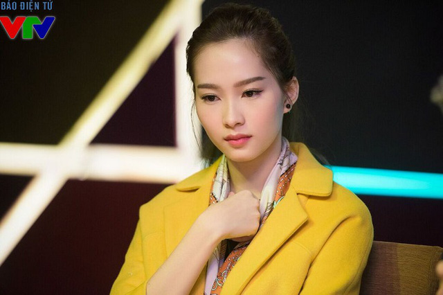 Chiếc áo dạ màu vàng tôn lên làn da trắng của Thu Thảo.