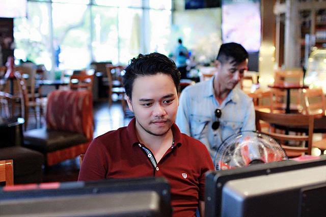 Đạo diễn Trần Nguyễn Hoàng Duy tốt nghiệp Khoa đạo diễn, trường Sân khấu điện ảnh Hà Nội (2006 – 2010). Hiện đang công tác tại Hãng phim truyện Việt Nam.
