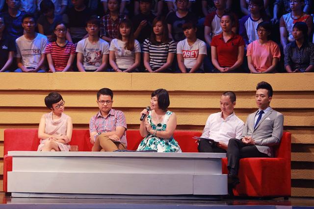 Hội đồng bình luận trẻ tuổi gồm nhà báo Quỳnh Hương, nhà báo Hoàng Anh, nhà thơ Nguyễn Thụy Anh, nhạc sĩ Nguyễn Hải Phong và MC Trấn Thành.